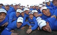 センバツ出場決定を喜ぶ健大高崎の選手たち=群馬県高崎市で2020年1月24日、喜屋武真之介撮影