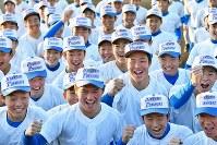 センバツ出場が決まり、喜ぶ花咲徳栄の選手たち=埼玉県加須市で2020年1月24日、大西岳彦撮影
