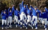 21世紀枠でのセンバツ出場が決まり、ジャンプして喜ぶ磐城の選手たち=福島県いわき市で2020年1月24日午後3時36分、宮武祐希撮影