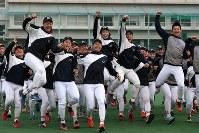 センバツ出場が決まり喜ぶ中京大中京の選手たち=名古屋市昭和区で2020年1月24日午後3時52分、兵藤公治撮影