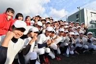 センバツ出場が決まり喜ぶ加藤学園の選手たち=静岡県沼津市で2020年1月24日午後3時32分、宮間俊樹撮影