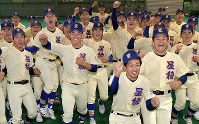 センバツ出場の知らせを受けて喜ぶ星稜の選手たち=金沢市で2020年1月24日午後3時36分、平川義之撮影