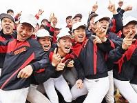 センバツ出場決定の知らせを受け、笑顔を見せる智弁学園の選手たち=奈良県五條市で2020年1月24日午後3時43分、山崎一輝撮影