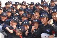 センバツ出場を喜ぶ日本航空石川の選手ら=石川県輪島市で2020年1月24日午後4時2分、日向梓撮影