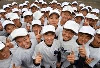 センバツ出場が決まり、喜ぶ明徳義塾の選手たち=高知県須崎市の同校グラウンドで2020年1月24日午後4時5分、猪飼健史撮影