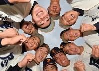センバツ出場が決まり、喜ぶ尽誠学園の選手たち=香川県善通寺市で2020年1月24日午後4時34分、山田尚弘撮影