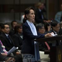少数派イスラム教徒「ロヒンギャ」への迫害を巡り、国際司法裁判所(ICJ)で弁明を行うミャンマーのアウンサンスーチー国家顧問兼外相=オランダのハーグで2019年12月11日、AP