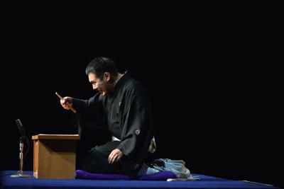 「畔倉重四郎」を読む神田松之丞=橘蓮二撮影、あうるすぽっと(豊島区立舞台芸術交流センター)提供