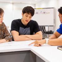 瀬戸大也(中央)と妻優佳さん(左)に栄養指導をする栗原秀文さん=2019年4月、味の素提供