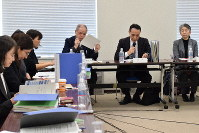 A panel of experts is seen discussing the outline on how to secure opportunities for children of foreign nationalities residing in Japan, at the Ministry of Education, Culture, Sports, Science and Technology, on Jan. 21, 2020. (Mainichi/Haruna Okuyama)