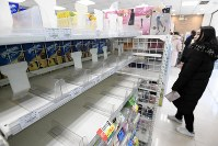 Masks run out at a convenience store in Beijing on Jan. 23, 2020, following the spread of pneumonia caused by a new coronavirus in the central Chinese city of Wuhan. (Kyodo)