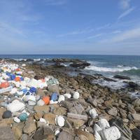 プラスチック容器や発泡スチロールが交ざった漂着ごみ。一部の素材は時間とともに細かく砕け、完全回収はより難しくなる=長崎県対馬市で2019年8月10日、津村豊和撮影