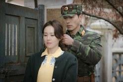 髪をまとめないと変人扱いされると、韓国女性(ソン・イェジン)の髪をハンカチで結んであげる北朝鮮将校(ヒョン・ビン)=tvN提供
