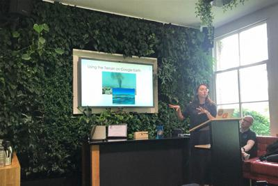 ベリングキャットの講座。実践方式でオープンソース調査の基本的な手法をたたき込んだ=アムステルダムで2019年8月20日、八田浩輔撮影