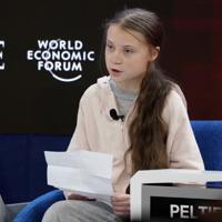 スウェーデンの環境活動家グレタ・トゥンベリさんは23日、世界の温暖化対策が不十分なことを理解するのに学位は必要ないと述べ、ムニューシン米財務長官の発言に反論した。写真はダボス会議に参加するグレタさんで、21日に撮影(2020年 ロイター/Denis Balibouse)