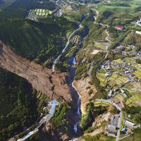 熊本地震後の東海大学阿蘇キャンパス(右上)周辺。阿蘇大橋(中央)の崩落で通行中の男性が、右側の田園地帯にあった「学生村」では同大の学生3人が犠牲になった。熊本地震では震災関連死を含め275人が亡くなっている=熊本県南阿蘇村で2016年5月4日、本社ヘリから和田大典撮影