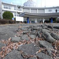 阿蘇キャンパス1号館前に残る地割れ。講義や研究に使用できない一部の建物は、県が「震災ミュージアム」の拠点として保存する予定だ=熊本県南阿蘇村で2020年1月17日、津村豊和撮影