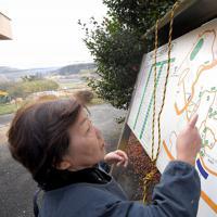 地震発生前の黒川地区は「学生村」と呼ばれるほどアパートや下宿が点在していた。下宿を営んでいた渡辺ヒロ子さん(75)は、アパートなどを示した立て看板を見て、当時を懐かしんだ。「苦労もあったけど、学生を4年間預かると我が子のように思えたものです」=熊本県南阿蘇村で2020年1月15日、津村豊和撮影