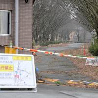 阿蘇キャンパスの正面通路は道路陥没のおそれがあり、現在は閉鎖されている=熊本県南阿蘇村で2020年1月15日、津村豊和撮影