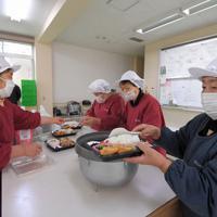 阿蘇キャンパスの学生や職員向けの弁当を盛り付ける「すがるの里」の女性たち=熊本県南阿蘇村で2020年1月15日、津村豊和撮影