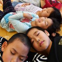 瞑想するつるみ保育園の子供たち=大阪市鶴見区で、望月亮一撮影