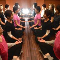 ダンワールドジャパンのヨガ教室で、瞑想する女性たち=大阪市北区のイルチブレインヨガ梅田スタジオで、望月亮一撮影