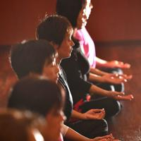 ヨガ教室の瞑想で心を落ち着ける=大阪市北区で、望月亮一撮影