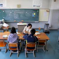 一つの教室で図画工作の授業を2人一緒に受ける浪江、津島小学校の児童ら=福島県二本松市で2020年1月22日、宮武祐希撮影