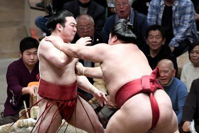 大栄翔(右)に突き出しで敗れる炎鵬=東京・両国国技館で2020年1月25日、竹内紀臣撮影