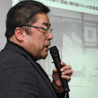 母幸子さんの被爆時の状況を描いたイラストを紹介する藤井哲伸さん=東京都北区で2020年1月25日午後2時31分、山田尚弘撮影