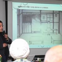 母幸子さんの被爆時の状況を描いたイラストを紹介する藤井哲伸さん=東京都北区で2020年1月25日午後2時35分、山田尚弘撮影