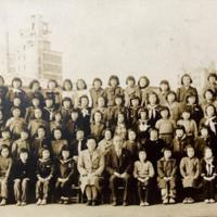広島市立幟町小学校の校庭で昭和23(1948)年1月17日に撮影された6年生の集合写真。幸子さんは前から4列目、右から7人目に立つ=藤井哲伸さん提供