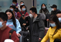 Passengers from China are seen wearing masks at Kansai International Airport on the morning of Jan. 24, 2020. (Mainichi/Rei Kubo)