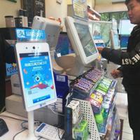 コンビニエンスストアのレジにも顔認証機能を備えた端末が導入されていた=中国浙江省杭州市で、赤間清広撮影