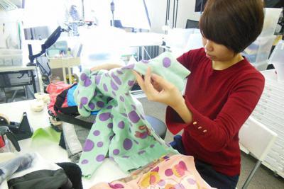 送られてきた洋服を検品するキャリーオンのスタッフ=東京都港区の同社事務所で