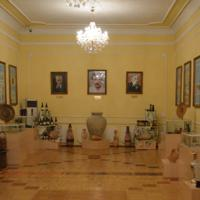 ウズベキスタン周辺のワイン醸造の歴史に関する展示物が並ぶワイン博物館の内部=サマルカンドで2019年11月21日、前谷宏撮影
