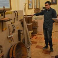 ワイン博物館に展示された19世紀のワイン醸造用の道具=サマルカンドで2019年11月21日、前谷宏撮影