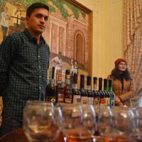 ホブレンコ・ワイン工場に併設された博物館で試飲を担当するドミトリー・サリエフさん(左)=ウズベキスタン中部サマルカンドで2019年11月21日、前谷宏撮影