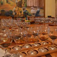 ホブレンコ・ワイン工場に併設された博物館の試飲用のホール。壁には創業当時のワイン生産の様子が描かれている=サマルカンドで2019年11月21日、前谷宏撮影