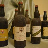 ワイン博物館に展示されたフィラートフのワインコレクションの一部=サマルカンドで2019年11月21日、前谷宏撮影