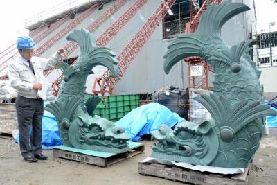 御楼門の屋根に据え付けられるしゃちほこ=鹿児島市で2020年1月24日、松尾雅也撮影