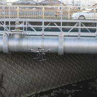 水管橋を点検するドローン=堺市提供