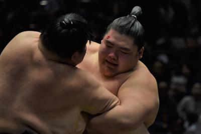 千秋楽で敗れて負け越した納谷(右)=東京・両国国技館で2020年1月26日午後2時12分、村社拓信撮影
