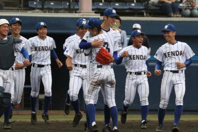 関東大会1回戦・常総学院戦に勝利して喜ぶ健大高崎の選手=上毛新聞敷島球場で2019年10月20日