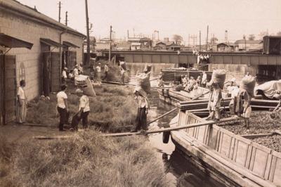 コプラの荷揚げ風景。戦後、太陽油脂として再出発して間もない頃の撮影だという=同社提供