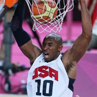【ロンドン五輪バスケットボール男子決勝】第3クオーター、豪快にダンクシュートを決める米国のコービー・ブライアント=ロンドンのノースグリニッジ・アリーナで2012年8月12日、佐々木順一撮影