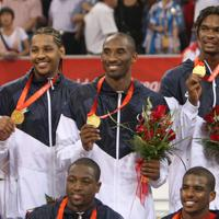 北京五輪、男子バスケットボール決勝で優勝し金メダルを胸に笑顔のコービー・ブライアント(中央)=北京市で2008年8月24日、梅村直承撮影