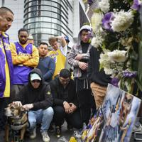 米西部ロサンゼルスの屋内競技場で、コービー・ブライアントさんの死を悼むファンら=2020年1月26日、ロイター