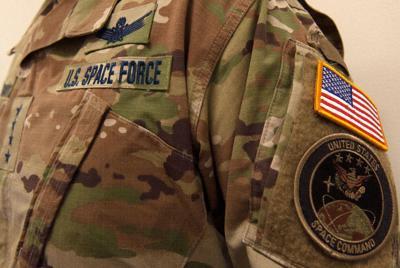アメリカ宇宙軍のユニフォーム=米宇宙軍の公式ツイッターから