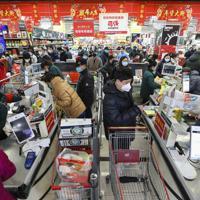 武漢にあるスーパーの様子=2020年1月25日、AP